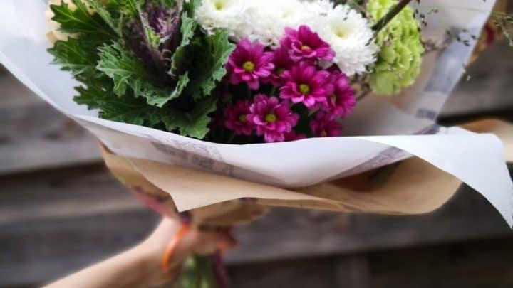 Choix du vase, coupe des tiges, changement de l'eau… Connaissez-vous tous les bons gestes pour profiter plus longtemps de vos fleurs?
